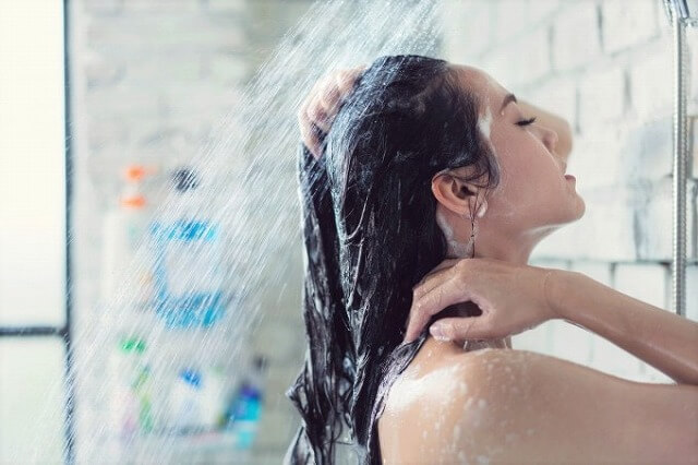 シャワーを肌と耳とで感じる